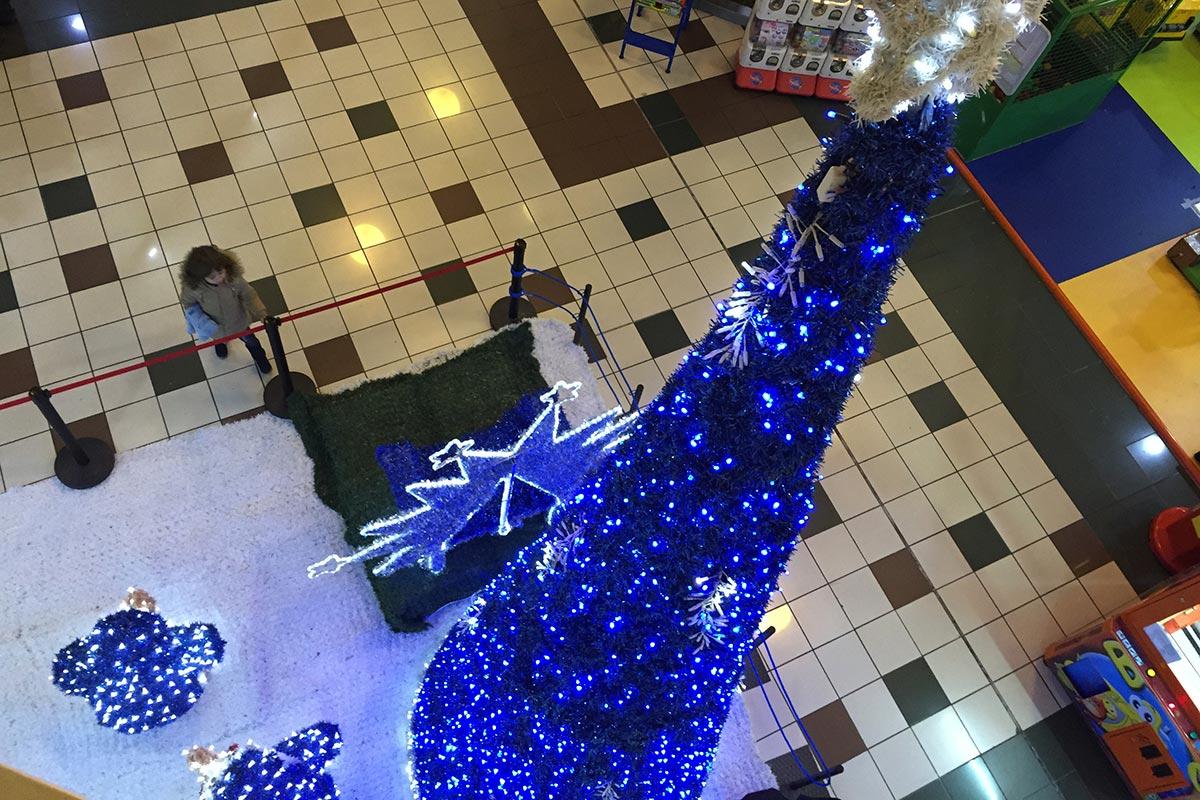 """Detalle de """"Cono Azul"""" con """"Isla 6"""" en interior de Centro Comercial."""