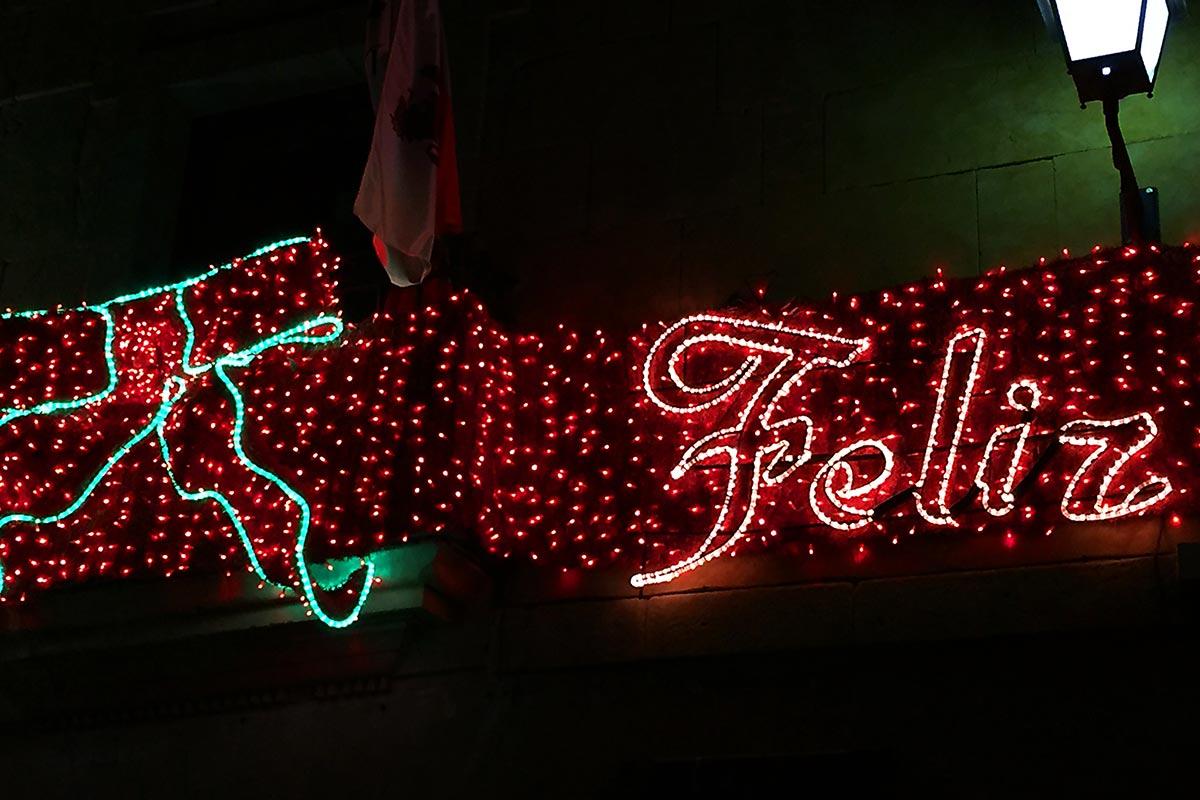 "Detalle ""Lazo rojo"" y letrero ""Feliz Navidad"""