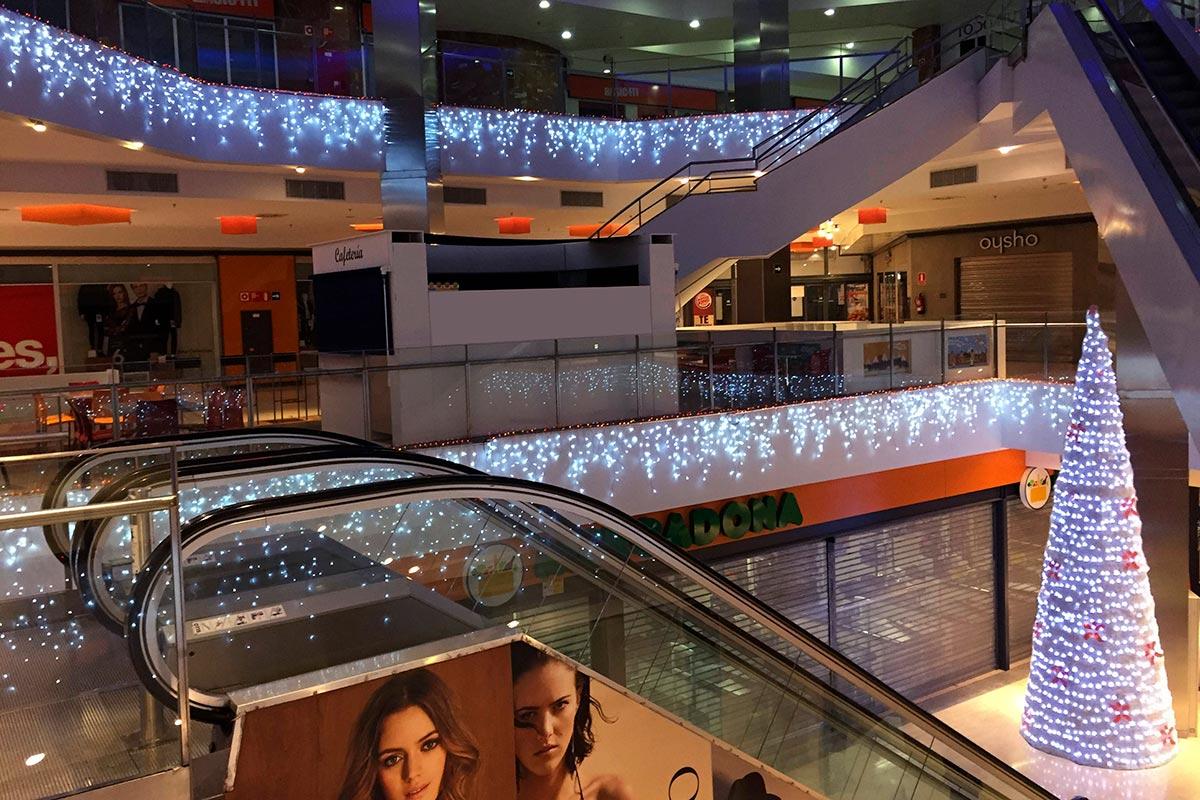 """Decoración interior de Centro Comercial con """"Icicle y Cono Blanco"""""""