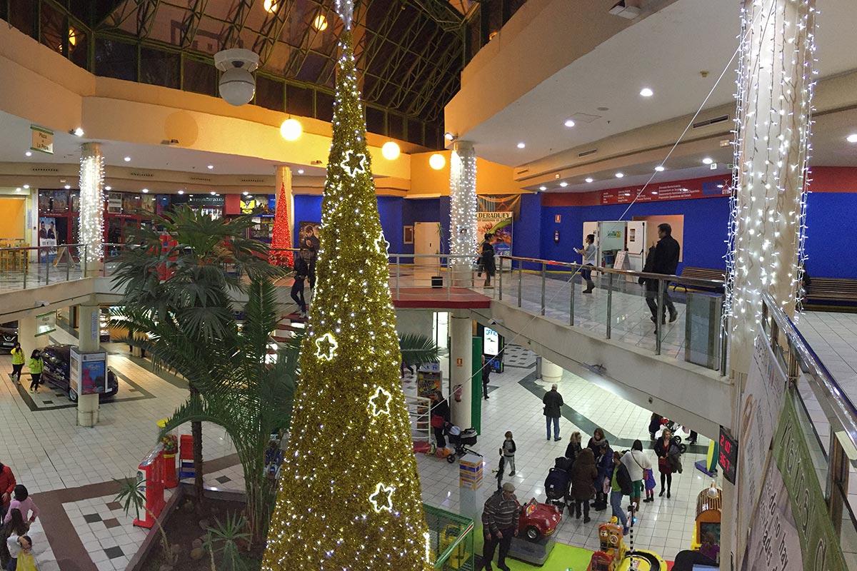 Vista superior de Cono Dorado y Cortinas LED. Interior de Centro Comercial