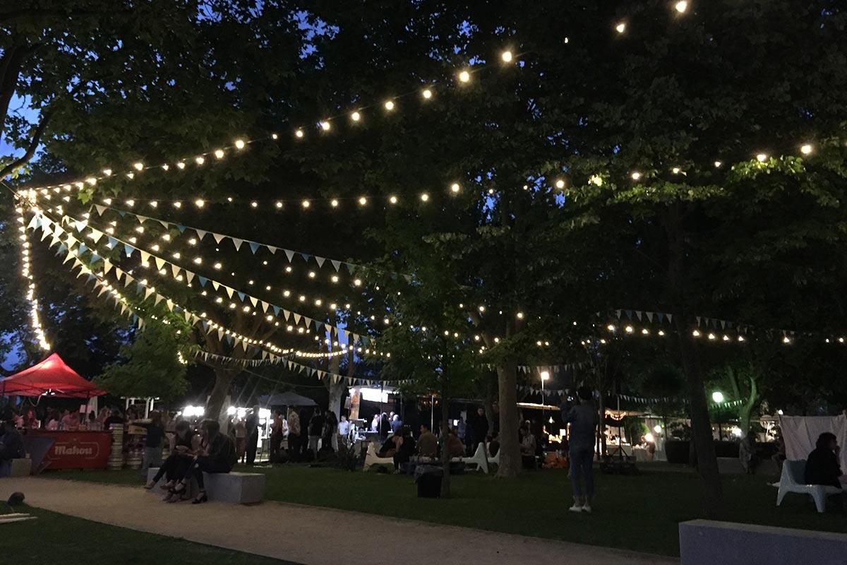Instalación de Guirnas LED E14 blanco cálido para evento estival