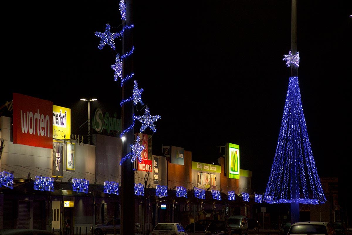 """Parque Comercial decorado con """"Cenefa Copos, Estrellas y Árbol LED 12 metros"""""""