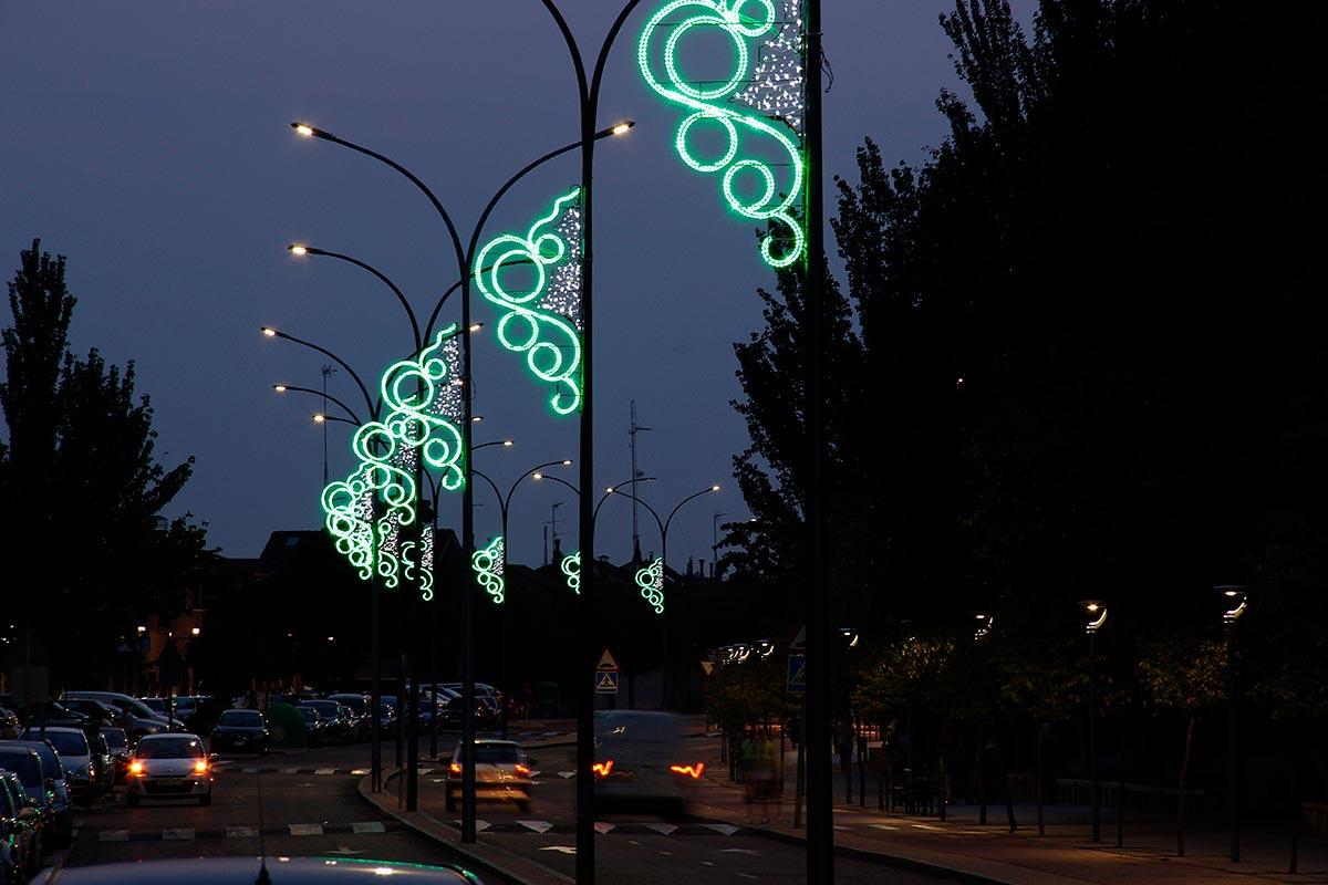 "Avenida iluminada con Motivo ""Cinta Verde"" instalado en farolas"