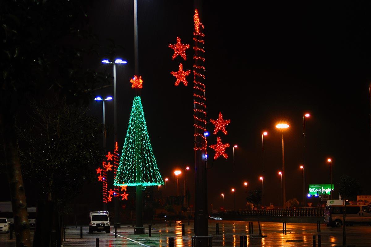 """Zona Comercial decorada con """"Árbol LED 12 m"""" y """"Estrellas"""""""