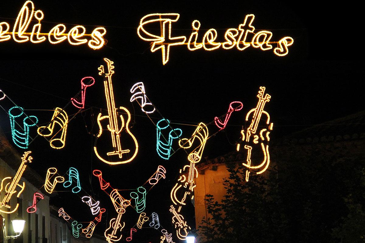 """Calle iluminada con Arco """"Instrumentos con Notas"""""""