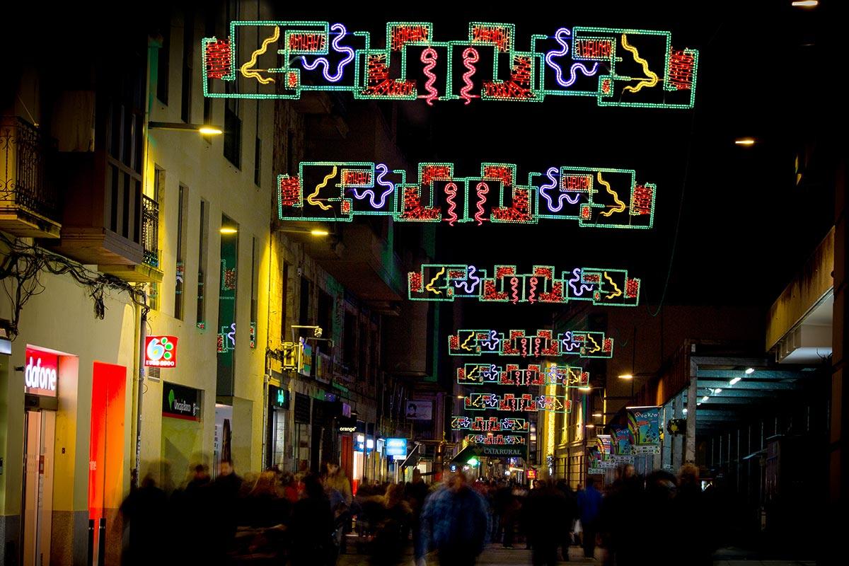 """Calle principal decorada con arco """"Fiesta"""""""