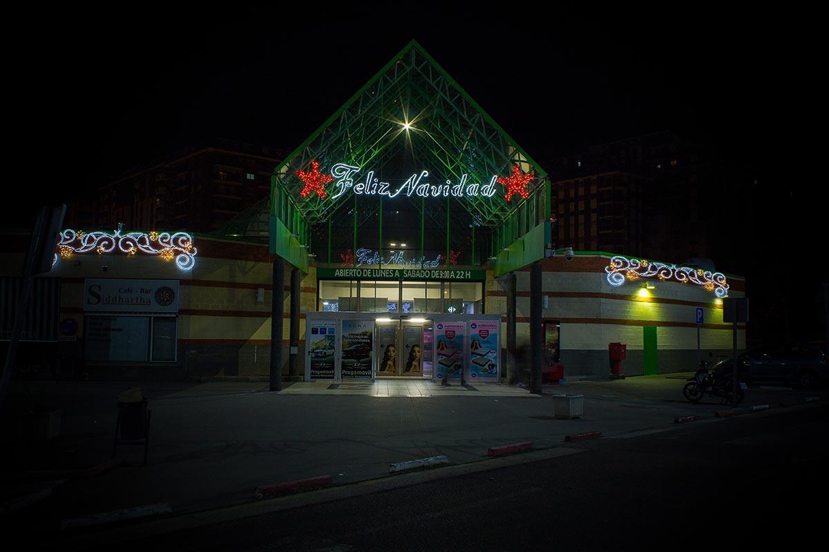"""Fachada Comercial decorada con """"Noche estrellada"""" y """"Feliz Navidad"""""""