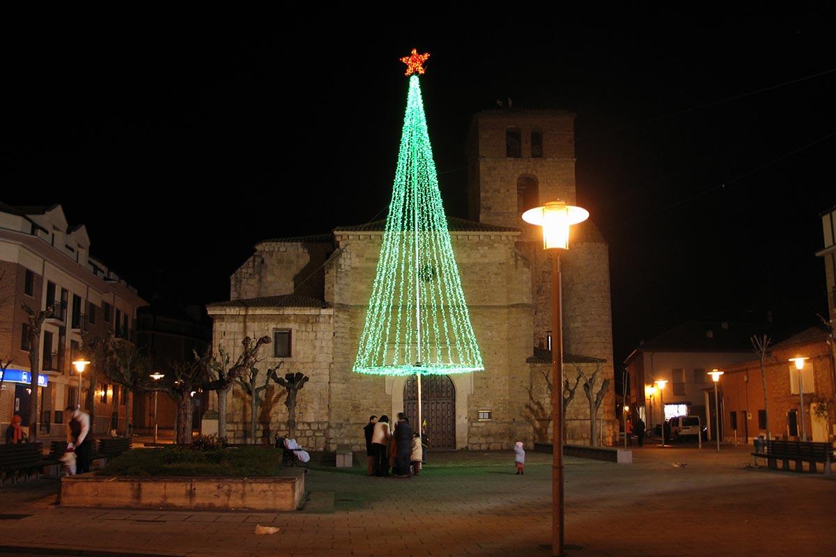 """Instalación de """"Árbol LED Verde 12 m"""" en una Plaza"""