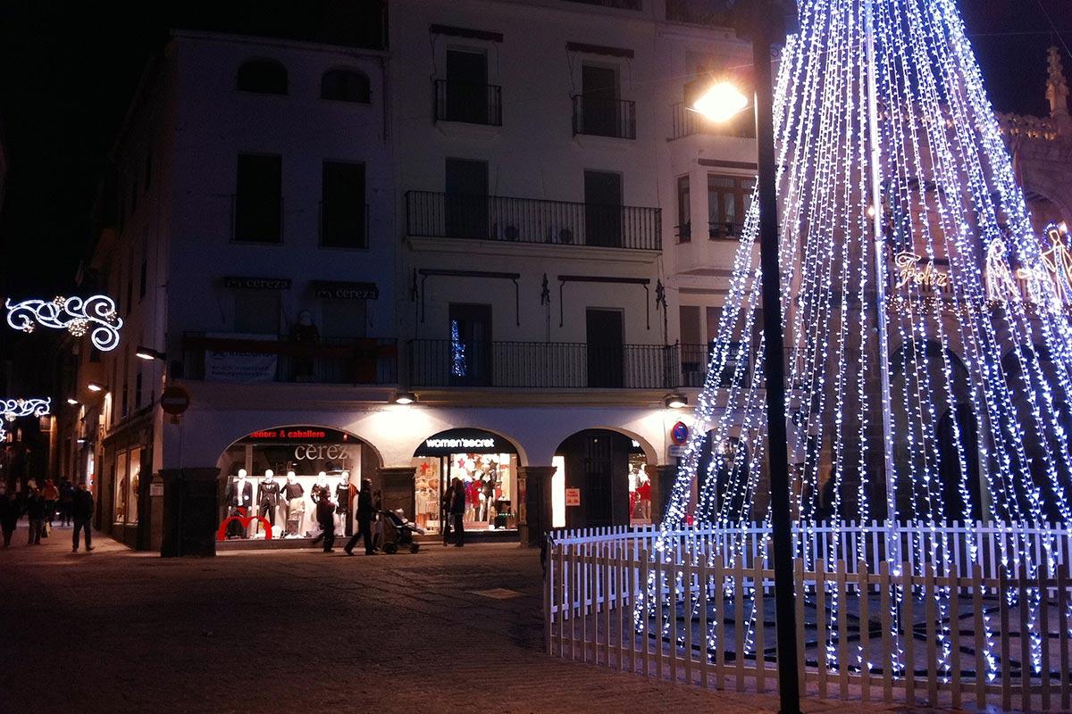 """Detalle de """"Árbol LED blanco 15 m"""" instalado en una Plaza"""