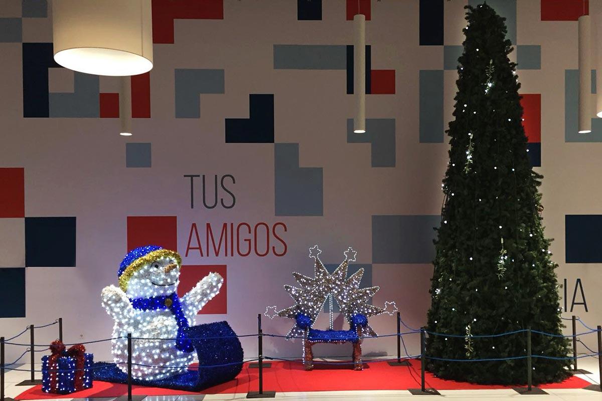 """Plaza interior decorada con """"Isla 11"""""""